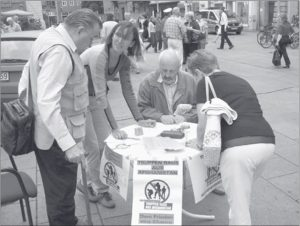 Foto: Infostand in Fußgängerzone in Erfurt, Quelle: Friedensjournal Nr. 5/2008