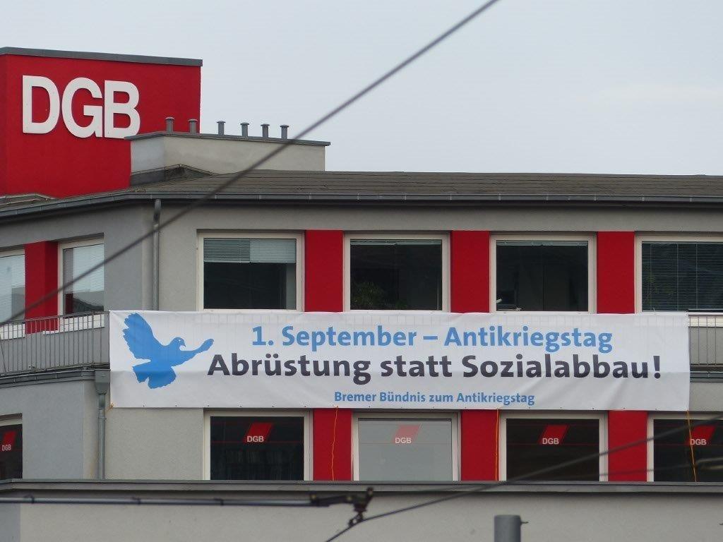 Am Gewerkschaftshaus in Bremen hängt ein Großtransparent mit dem Aufruf zum Antikriegstag. Foto: Hartmut Drewes